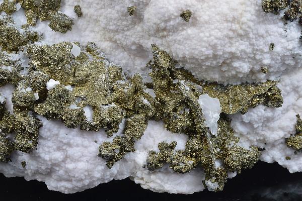 Chalcopyrite on Manganoan Calcite
