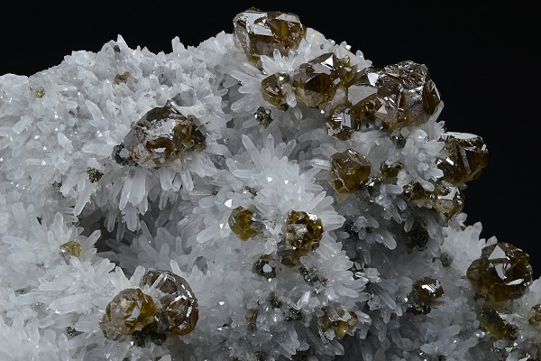 Cleiophane on Quartz, Chalcopyrite