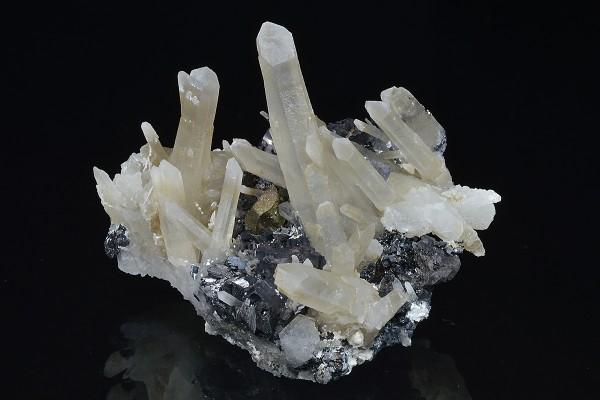 Sphalerite on Quartz, iridescent Chalcopyrite