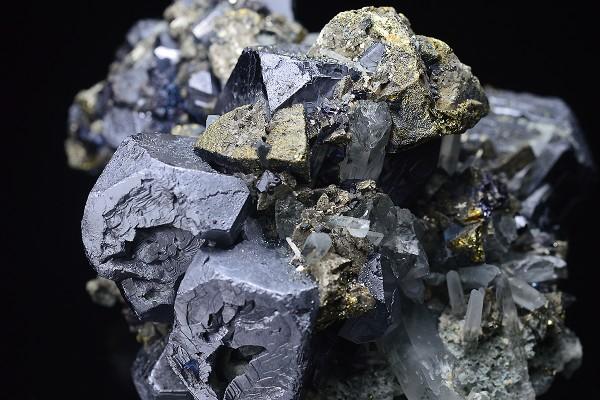 Galena, iridescent Chalcopyrite, Pyrite, Sphalerite, Quartz